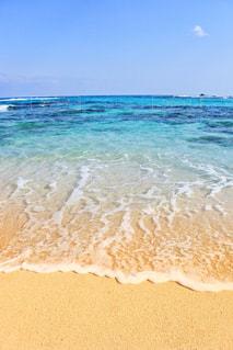 海の横にある砂浜のビーチの写真・画像素材[993090]