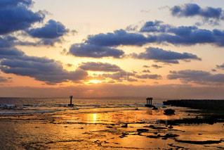 水の体に沈む夕日の写真・画像素材[993107]