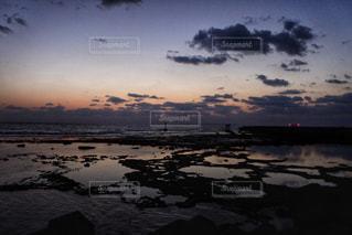 水の体に沈む夕日の写真・画像素材[993140]