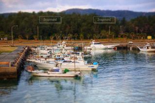 水の隣の港の小さなボートの写真・画像素材[993145]