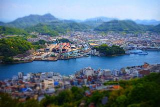 背景の山と水の大きな体の写真・画像素材[1184250]