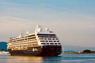水域にある大きな船の写真・画像素材[2141392]