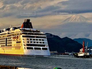 水域にある大きな船の写真・画像素材[2141407]