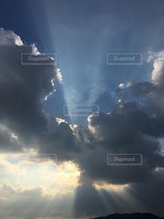 空  薄明光線  天使の梯子  光  ダイナミックの写真・画像素材[475909]
