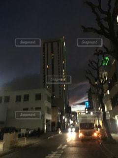 夜の街に信号機の写真・画像素材[1825813]