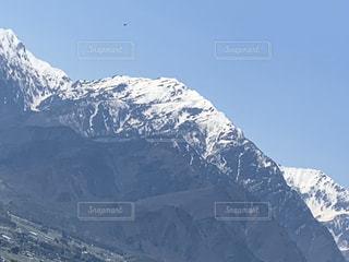 雪に覆われた山の眺めの写真・画像素材[2122115]