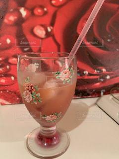 テーブルの上に座っているお茶のカップの写真・画像素材[2122128]