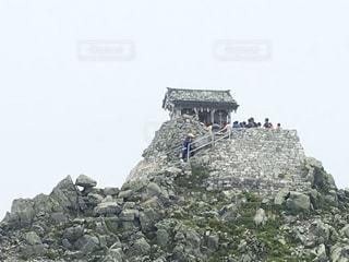 近くに大きな岩のアップの写真・画像素材[741932]