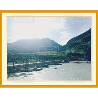 背景の大きな山の写真・画像素材[766895]