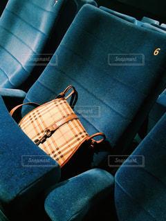 近くの青いソファのアップの写真・画像素材[945718]