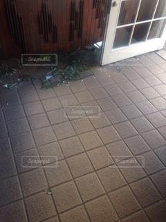 割れたガラスが散らばる玄関の写真・画像素材[896255]