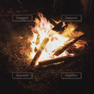 浜辺で焚き火の写真・画像素材[2113934]