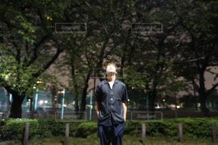 木の隣に立っている男 - No.731461