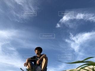 曇りの日に空気を通って飛んで男の写真・画像素材[1325730]