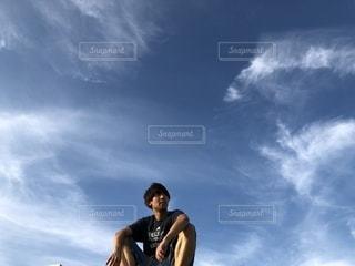 青い曇り空の男の写真・画像素材[1325732]