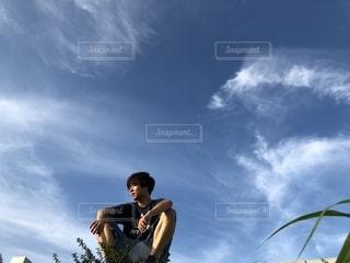 曇りの日に空気を通って飛んで男の写真・画像素材[1325737]