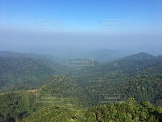 背景の大きな山のビューの写真・画像素材[853411]