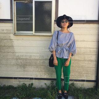 建物の前に立っている少年の写真・画像素材[714143]