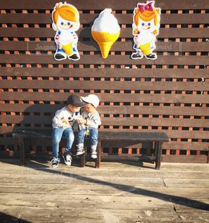 ベンチに座っている子どもの写真・画像素材[845355]