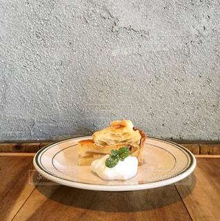 テーブルの上に食べ物のプレートの写真・画像素材[910206]