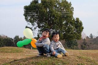 小さな男の子は、フリスビーを保持しています。の写真・画像素材[961476]