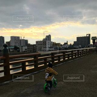 市では、道路の側をスケート ボードに乗って少年の写真・画像素材[966721]