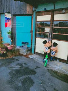 建物の前に立っている少年の写真・画像素材[967577]