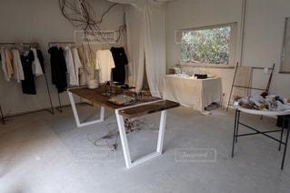 リビング ルームの家具と大きな窓いっぱいの写真・画像素材[989047]