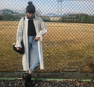 フェンスの前に立っている私の写真・画像素材[1010481]