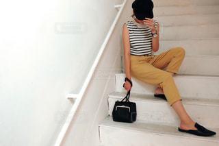 スーツケースに座る人の写真・画像素材[1326171]