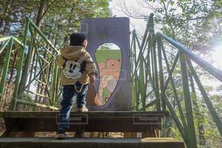 橋の上に立っている人の写真・画像素材[1738937]