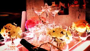 ワイングラスとテーブルに座っている人のグループの写真・画像素材[1130020]