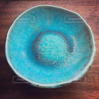 沖縄の玉城焼きの青い皿の写真・画像素材[1082276]