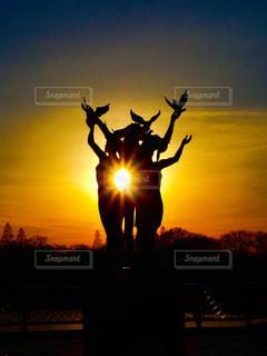 夕陽と銅像の写真・画像素材[952016]
