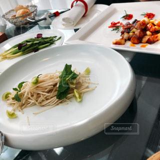 テーブルの上に食べ物のプレート - No.747899