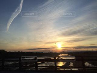 旅の車窓から臨む朝日の写真・画像素材[894357]