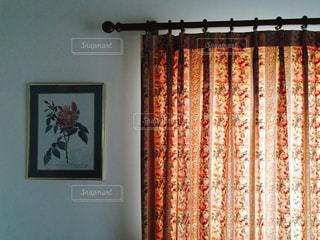 カーテンの向こうの柔らかな光の写真・画像素材[938703]