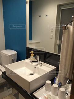 洗面台と鏡付きのバスルーム - No.1006728