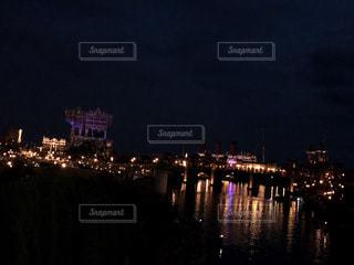 輝く夜の湖畔の写真・画像素材[1006752]