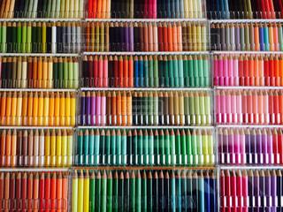 カラフルな色えんぴつパレットの写真・画像素材[1258706]