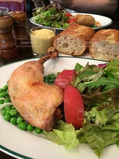 チキンとサラダのプレートの写真・画像素材[1260825]