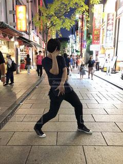 中華街でジョジョ立ちする男性の写真・画像素材[1321093]