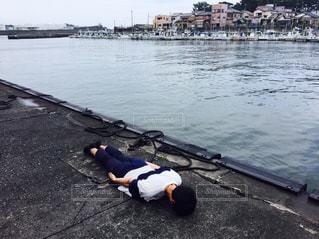 ガーン!ショックのあまり地面に倒れ込んでしまった男の子の写真・画像素材[1321115]