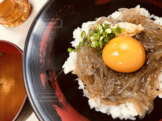 卵黄つやつや赤富士丼の写真・画像素材[1635335]
