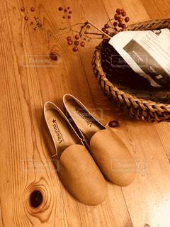 靴とサンキライの実と私の写真・画像素材[1812476]