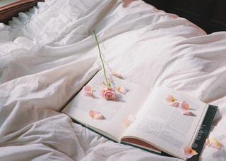 本とお花の写真・画像素材[987029]