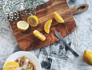 レモンをカット中な朝の写真・画像素材[1009903]