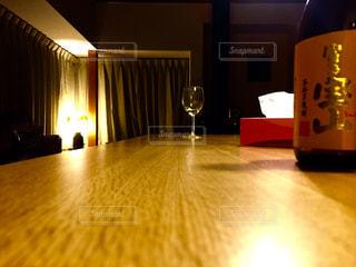 テーブルの上のビールのグラス - No.843396