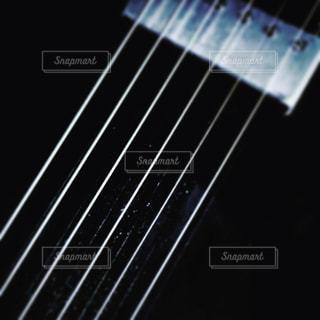 近くにギターのアップの写真・画像素材[893737]
