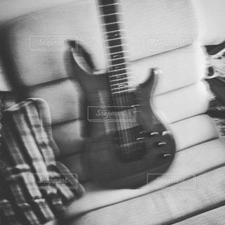近くにギターのアップ - No.893752